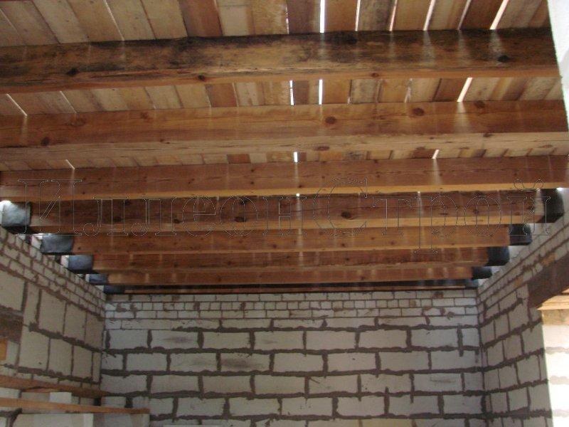 Как сделать потолки в кирпичном доме